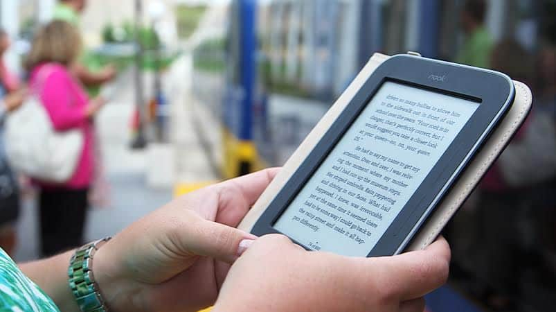Kindle Paperwhite vs  Nook Glowlight: Which One to Pick?