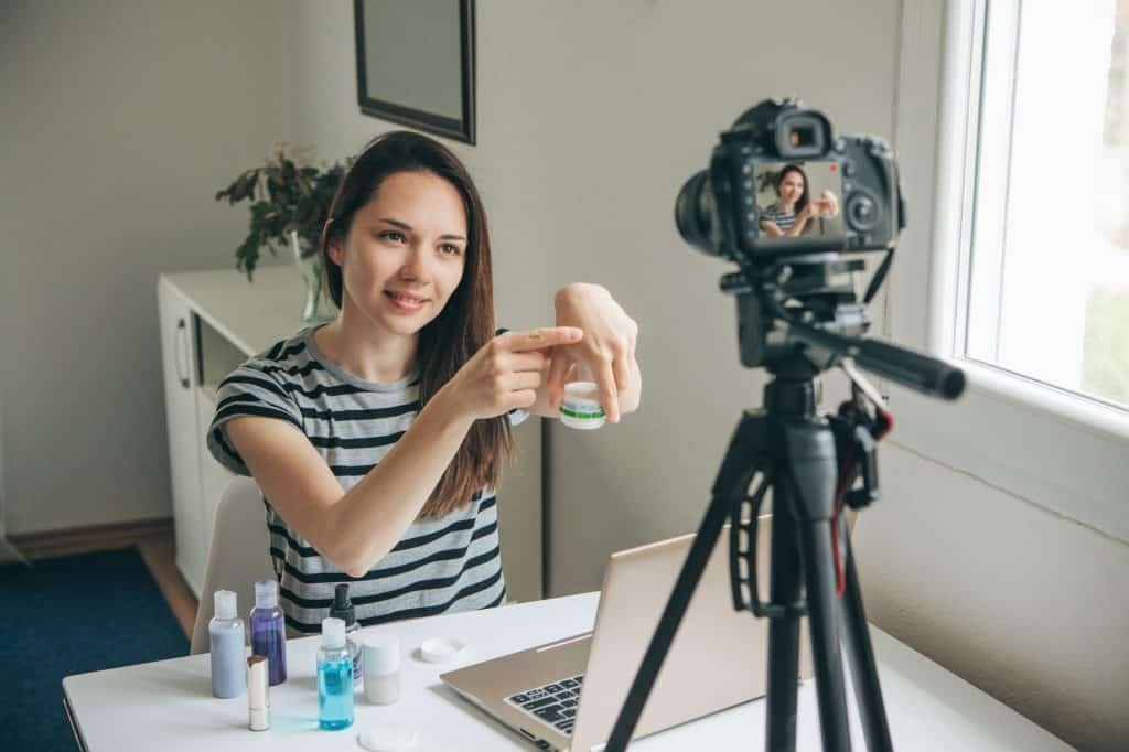 Girl videoblogger records video with dslr